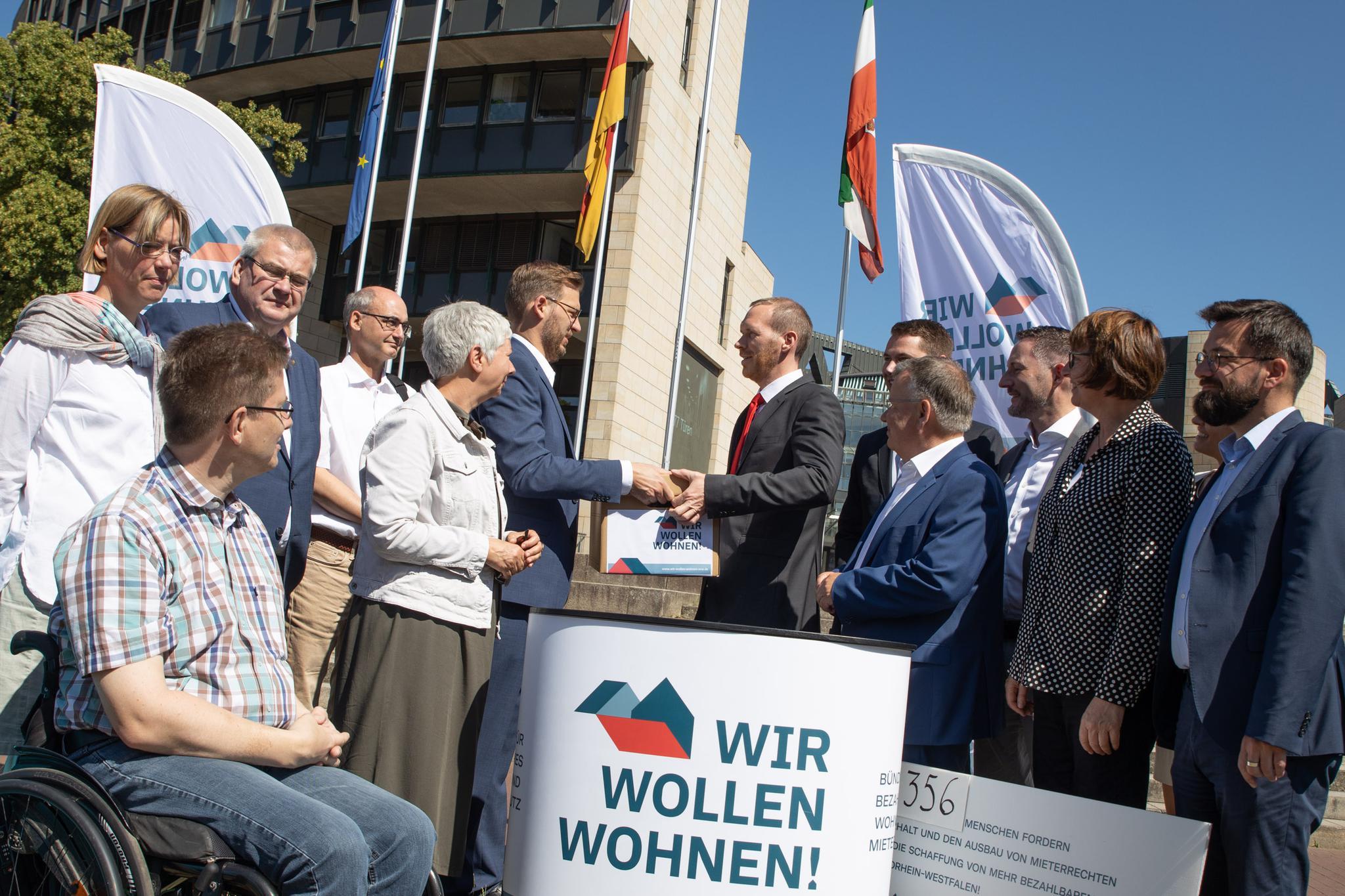Übergabe der Unterschriftenlisten an Bau-Staatssekretär Dr. Jan Heinisch