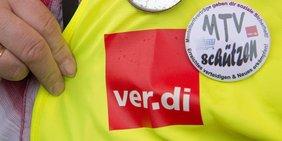 Weste Gewerkschafter ver.di mit Button Manteltarifverträge schützen