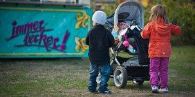 Kinder mit Kinderwagen