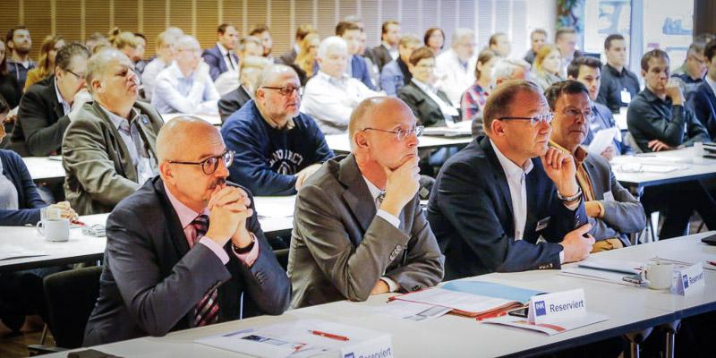 1. Reihe von links: Winfried Pudenz (Verkehrsministerium NRW), Stefan Heimlich (ACE), Stefan Schreiber (IHK zuDortmund)