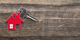 Hausschlüssel auf Holz