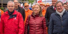 Michael Vassiliadis (Vorsitzender IG BCE), Anja Weber (Vorsitzende DGB NRW) und NRW-Ministerpräsident Armin Laschet am 1. Mai 2018 in Bottrop