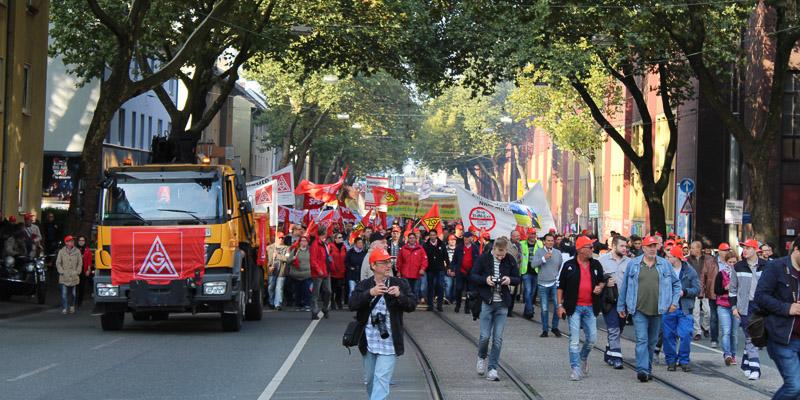 Beschäftigte demonstrieren gegen die Fusion der Stahlsparte von thyssenkrupp und Tata