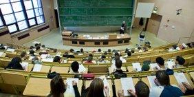 Hörsaal mit Studierenden