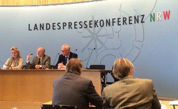 Prof. Dr. Bodo Pieroth und Andreas Meyer-Lauber (DGB NRW) stellen Gutachten zur Ausbildungsumlage vor