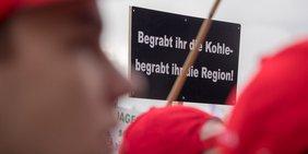 Demonstrant auf Demo im Rheinischen Braunkohle-Revier: Begrabt ihr die Kohle, begrabt ihr die Region
