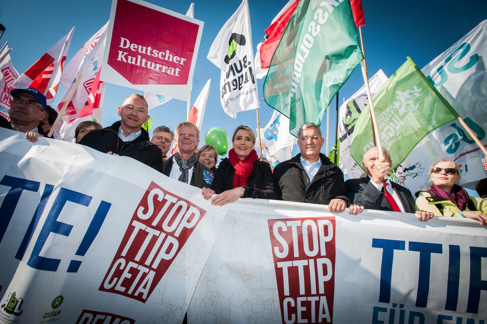 Am 10. Oktober 2015 demonstrierten in Berlin 250.000 Menschen gegen TTIP und Ceta. Auch der DGB unterstütze den Aufruf.