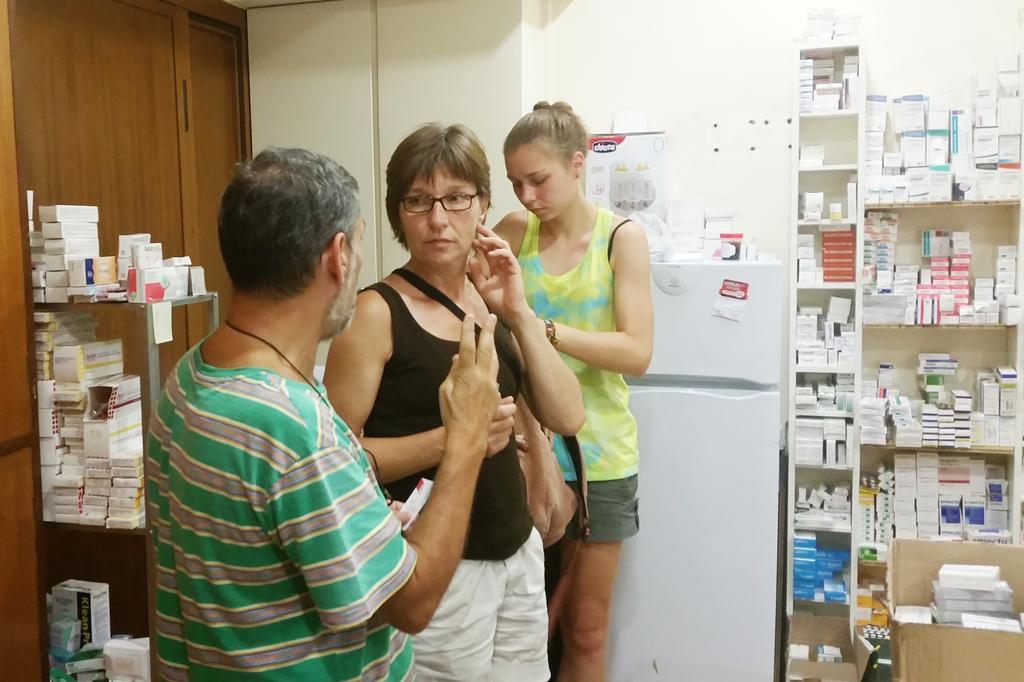 Dr. Constantinos Kokassis (l.) hat mit seinem Team bereits mehr als 16.000 Menschen in der Athener Sozialklinik versorgt.