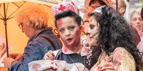 Kostümierte Pflegerinnen demonstrieren in Düsseldorf für mehr Personal in Krankenhäuser und in der Altenpflege