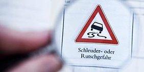 Schleuder-/ Rutschgefahr - Straßenverkehrsschild
