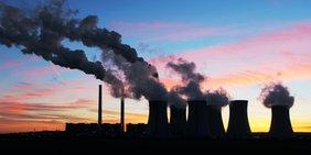 Kohlekraftwerk vor Abendhimmel