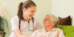 Krankenschwester und alte Frau