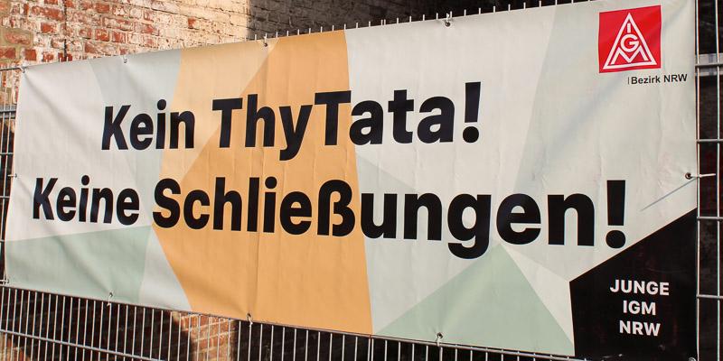 Beschäftigte demonstrieren gegen den Zusammenschluss der Stahlsparte von thyssenkrupp und Tata