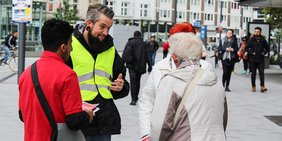Gewerkschafter informieren in Gelsenkirchener Fußgängerzone zu Rente