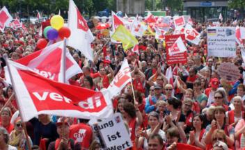 Für die Aufwertung der Sozial- und Erziehungsberufe demonstrierten 15.000 am 13. Juni 2015 auf dem Kölner Heumarkt.
