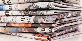 gestapelte Zeitungen