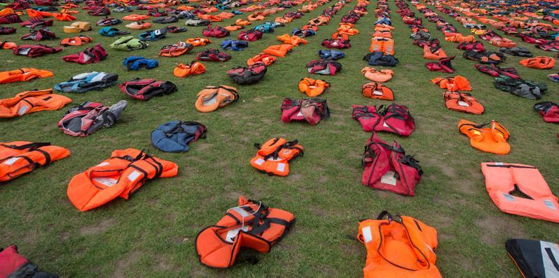 """Flüchtlinge: """"Graveyard Of Lifejackets"""" in London"""
