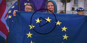 Mann mit Europaflagge