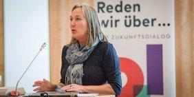 Anja Weber (Vorsitzende DBG NRW) am Podium