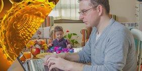 Bildmontage: Linkes Bild: Symbolbild eines Virus; Rechtes Bild: Mann am Laptop an Wohnzimmertisch, spielendes Kind im Hintergrund