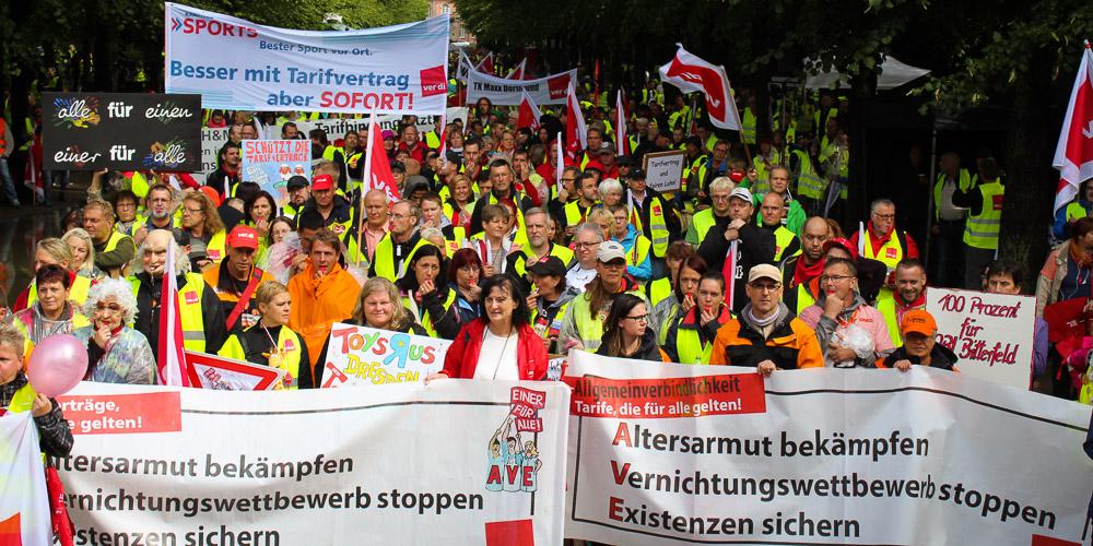 Demonstranten fordern allgemeinverbindliche Tarifverträge im Einzelhandel