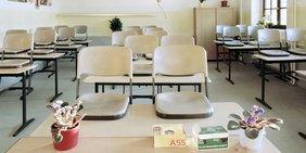 Ferienzeit: Ein Leerer Klassenraum mit hochgestellten Stühlen.