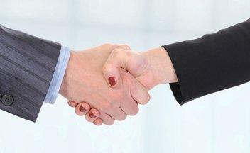 Handschlag zwischen Frau und Mann