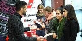 DGB-Jugend wirbt an einem Infostand an der Uni Bielefeld für gute Studienbedingungen