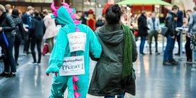 Gewerkschaftsjugend macht in Drachenkostüm an der Uni Bielefeld Druck für bessere Studienbedingungen