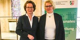 Maike Finnern (Vorsitzende des DGB-Bezirksfrauenausschusses in NRW) mit Gleichstellungsministerin Ina Scharrenbach