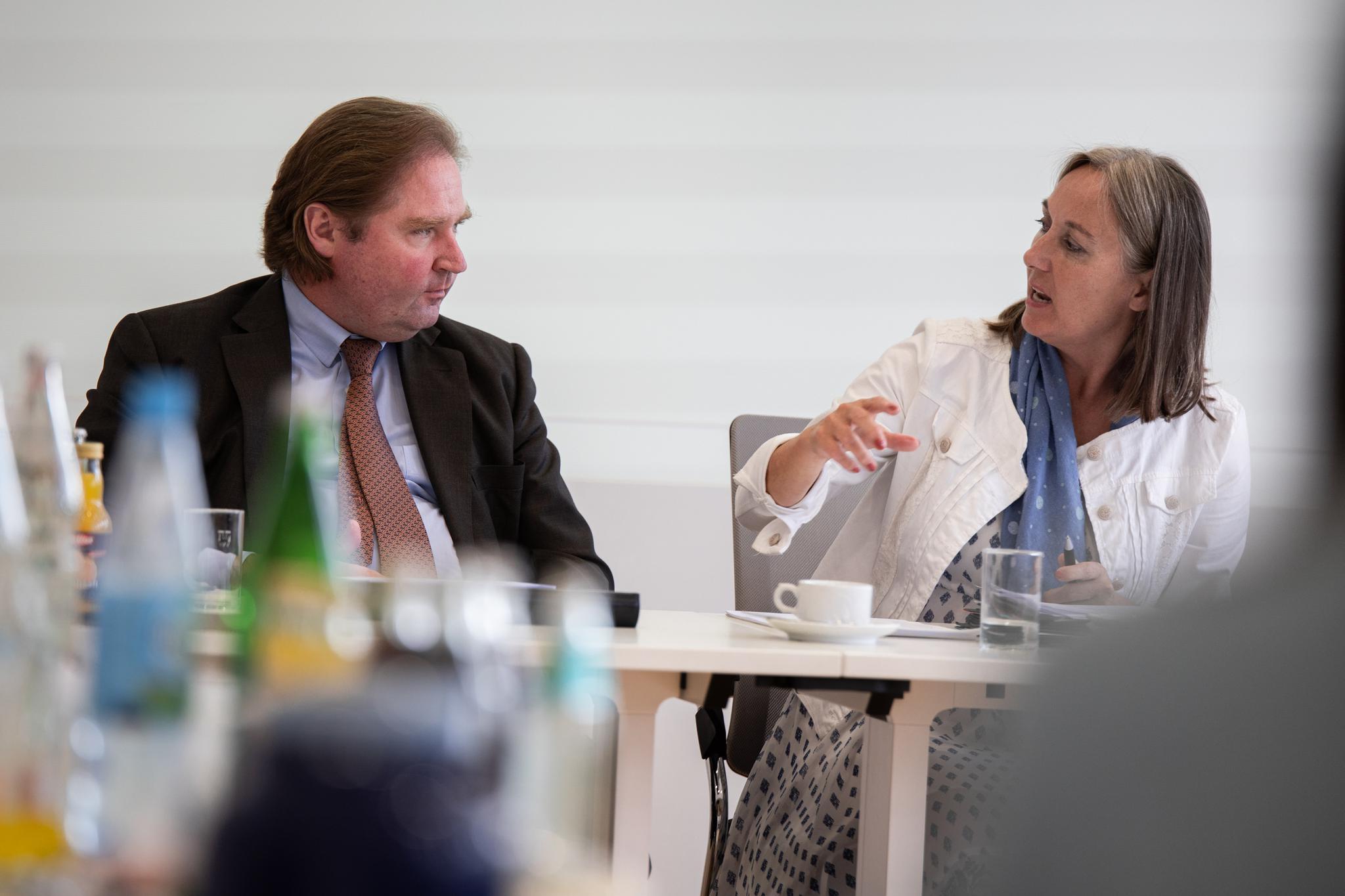 Anja Weber im Gespräch mit Finanzminister Lutz Lienenkämper