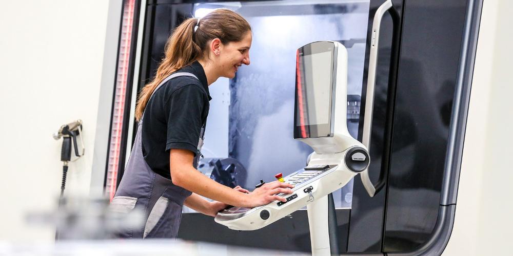 Frau arbeitet an digitalem Arbeitsplatz