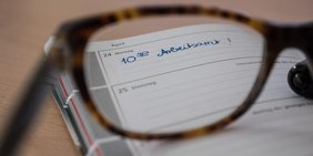 Arbeitsamt Kalender Brille