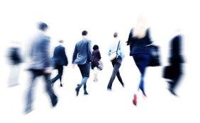 Menschen in Anzügen laufen