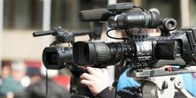 Zwei Kameras werden zur Aufnahme ausgerichtet