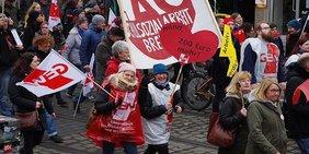 Streikende Menschen bei einem Streik der GEW in Bremen