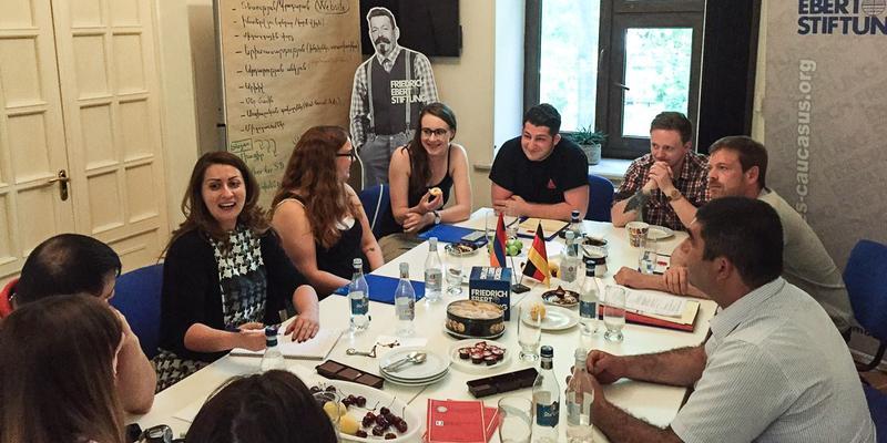 Deutsche und armenische Gewerkschaftsjugend tauschen sich im Büro der Friedrich-Ebert-Stiftung aus