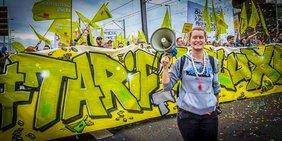 Demonstrantin mit Megafon in Köln bei Warnstreik im öffentlichen Dienst