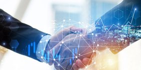 Nahaufnahme Handschlag zweir Geschäftsmänner, mit Grafik Aktienkurse