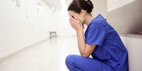 Weinende Pflegerin Krankenchwester im Krankenhausflur