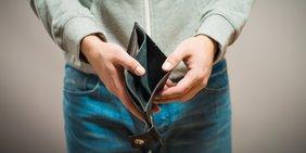 Student leeres Portemonnaie