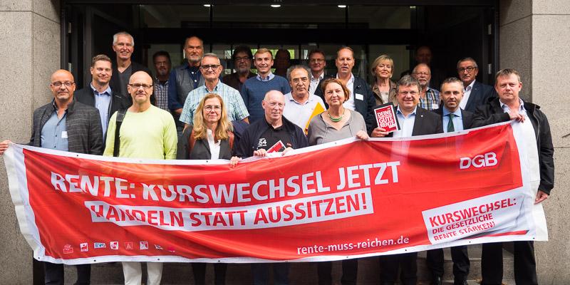 """Banner: """"Rente: Kurswechsel jetzt"""" vor dem Gebäude des DGB NRW"""