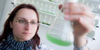 Junge Frau im Labor