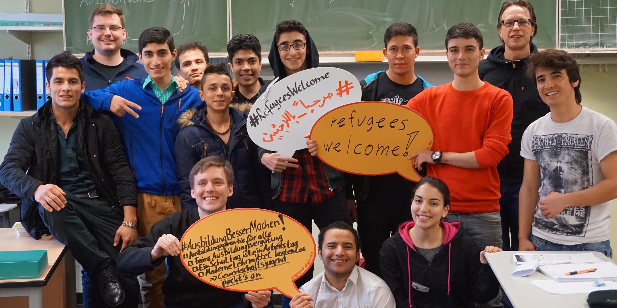 Felix Eggersglüß (1. Reihe, 1.v.l.), Jugendbildungsreferent DGB-Region Münsterland, mit der Flüchtlingsklasse und dem Team der Berufsschultour