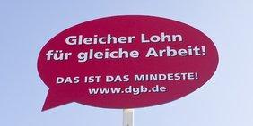 Banner Aufschrift Gleicher Lohn für gleiche Arbeit