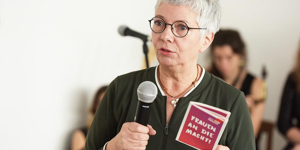 Dr. Sabine Graf (stellvertretende Vorsitzende DGB NRW) stellt auf dem Frauentag 2019 eine Veröffentlichung zur Repräsentanz von Frauen in Politik und Verwaltung Nordrhein-Westfalens vor