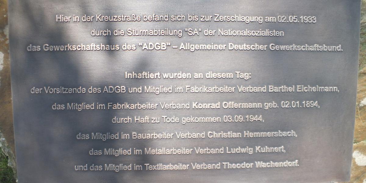 Eine Gedenktafel in der Kreuzstraße erinnert an die Opfer des Nationalsozialismus aus den Reihen der Gewerkschaften in Düren