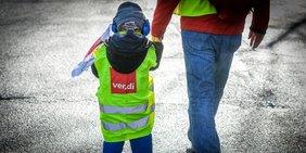 Kind mit ver.di-Weste beim Warnstreik im öffentlichen Dienst in Bochum
