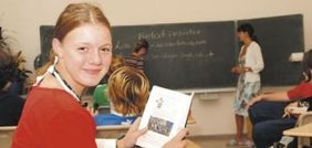 Mädchen in Schulklasse vor Tafel