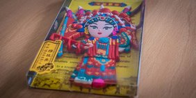 Chinesische Dekoration: Puppe in Tracht